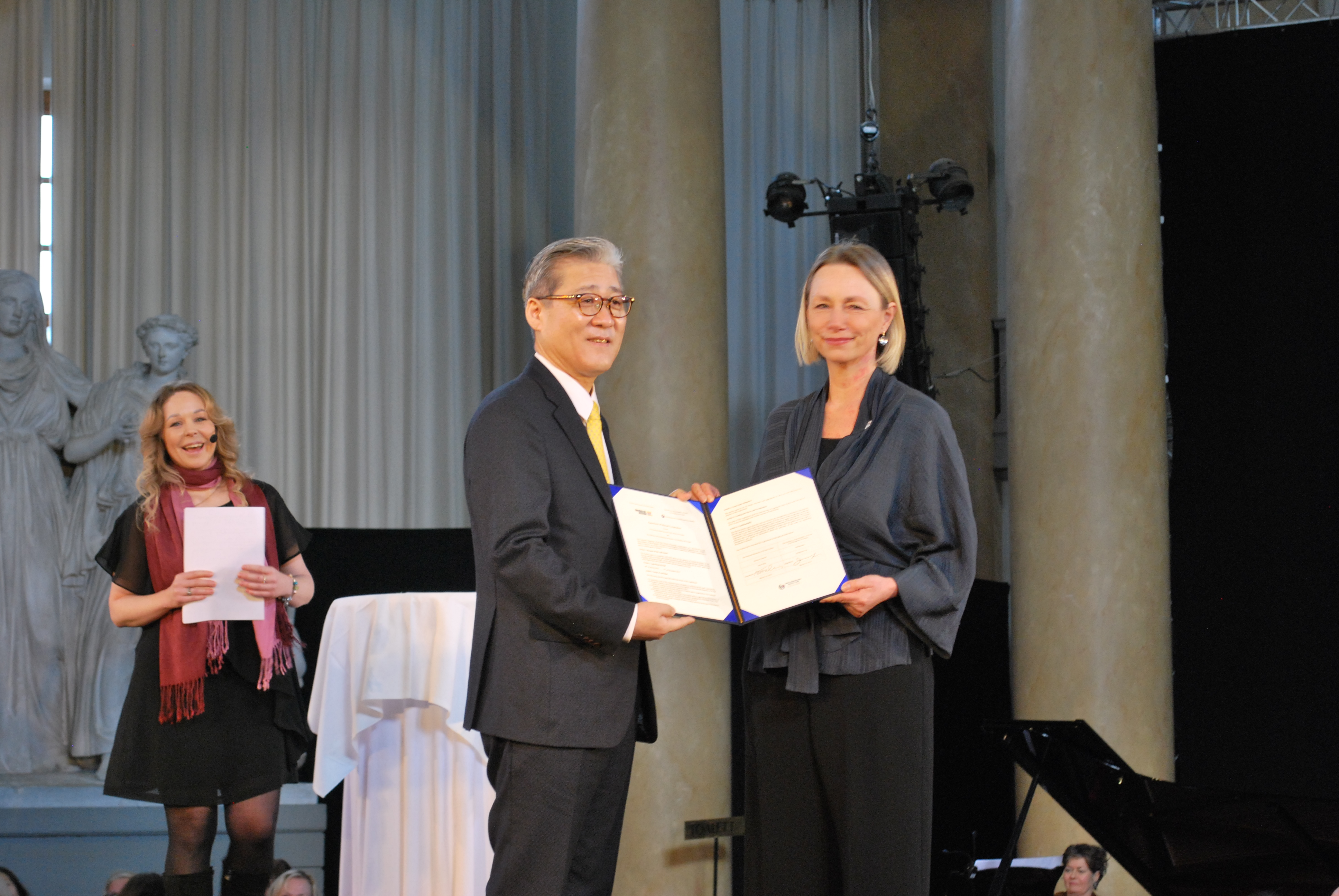(Ambassador Lee and Ann Follin, the Director General of the Swedish National Museums of World Culture, arranging the agreement)